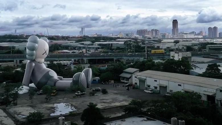 Patung Raksasa ala Seniman Jalanan Kaws Mendarat di Taipei