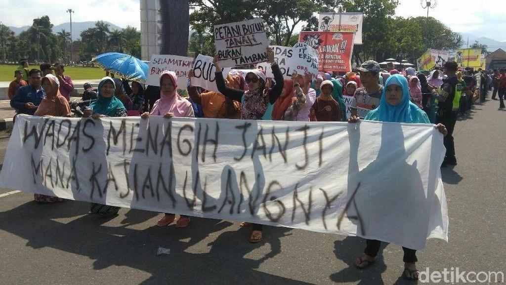 Warga Purworejo Demo Tolak Penambangan Batu untuk Bendungan