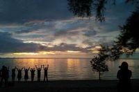 Menikmati sunset di Tanjung Pendam (Ratna Pertiwi/d'Traveler)