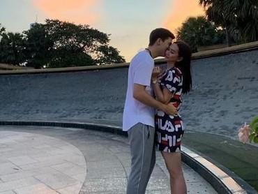 Aura dan Eryck awalnya menikah secara siri di Bangkok, Thailand. Ini salah satu foto mereka, saat sedang berada di Negara Gajah Putih tersebut. (Foto: Instagram @aurakasih)