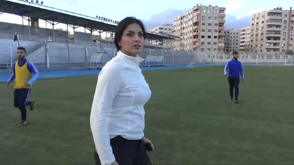 Paras Cantik Pelatih Sepak Bola di Suriah Bikin Gagal Fokus