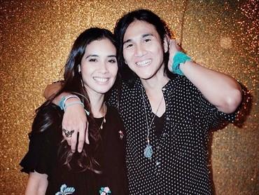 Pose dadakan kayak gini aja Marsha dan Vino benar-benar romantis. Padahal gaya fotonya simpel ya, Bun? (Foto: Instagram/ @vinogbastian__)