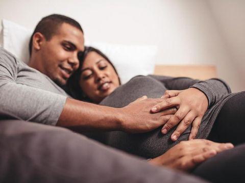 Ilustrasi hubungan seks bantu memudahkan persalinan/