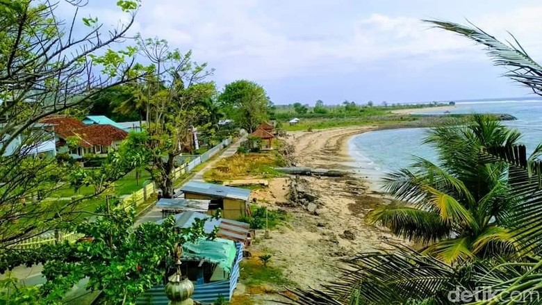 Pantai Lakey yang cantik tapi ternoda sampah (Faruk Nickyrawi/detikTravel)
