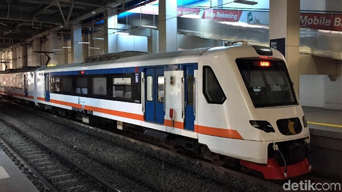 Kereta Bandara Soekarno-Hatta telah beroperasi sejak setahun lalu. Namun, kondisi stasiun dan kereta Bandara Soetta terlihat sepi dari pengunjung.