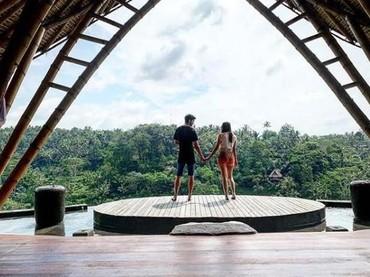 Aura Kasih bersama Eryck mengesahkan pernikahannya pada Desember lalu. Kemudian mereka melakukan honeymoon ke Ubud, Bali nih, Bun. (Foto: Instagram @aurakasih)