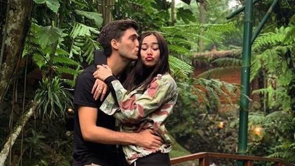Hamil, Aura Kasih Tetap Jalankan Promo Om PSP: Gaya Mahasiswa