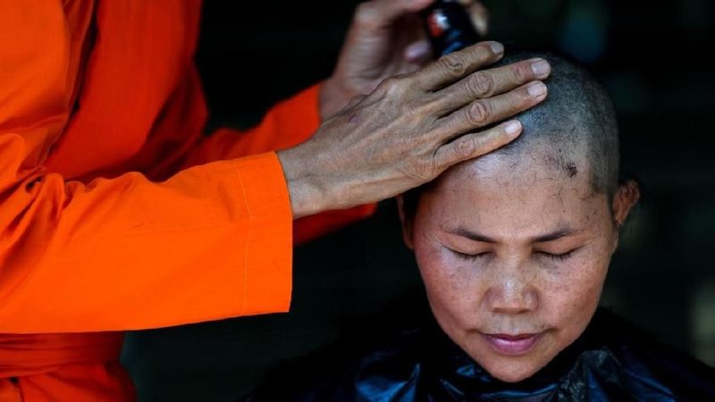 Penahbisan biarawati bisa kamu lihat di Biara Songdhammakalyani di Provinsi Nakhon Pathom, Thailand. (Athit Perawongmetha/Reuters)