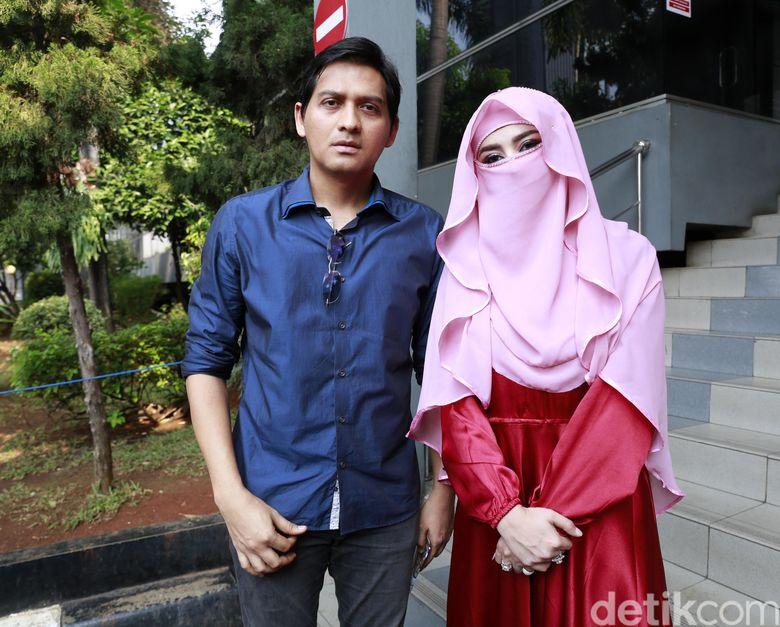 Lucky Hakim dan Tiara Dewi saat ditemui di Polda Metro Jaya pada Rabu (9/1).Pool/Ismail/detikFoto.