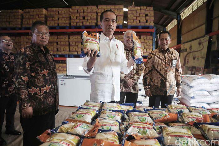 Jokowi datang pada pukul 08.51 WIB. Terlihat ia mengenakan kemeja putih dan sepatu sneakers berwarna hitam, Kamis (10/1/2019).
