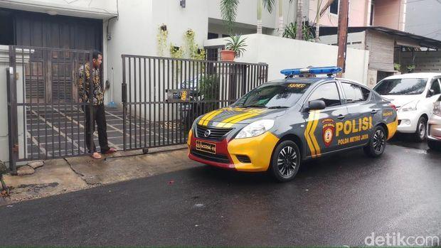 Pengamanan di rumah Wakil Ketua KPK Laode M Syarif pasca teror bom molotov, Kamis (10/1/2019)