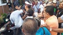 Buk! Pengunjung Sidang Adu Jotos di Depan PN Ambon
