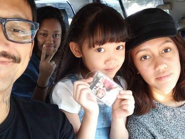 Saat ada waktu luang,Tora menghabiskan quality time bersama anak-anaknya. Kali ini dengan Nabila, Nayyara dan Jenaka. ( Foto: Instagram @t_orasudi_ro)