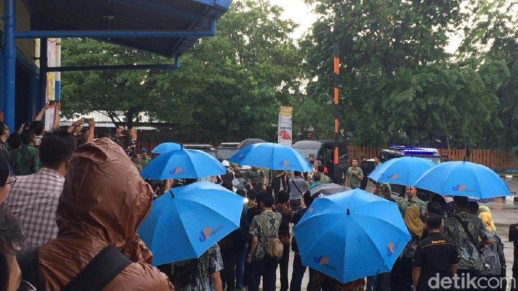 Hujan-hujan, Jokowi Cek Stok Beras di Gudang Bulog