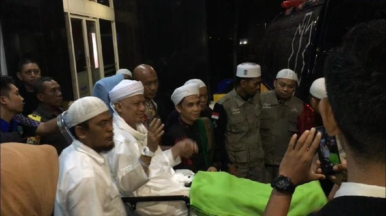 Dirawat di Malaysia, Ustaz Arifin Ilham Ditemani Istri dan Ibunda