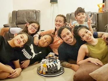 Setiap kali ada yang ulang tahun, kelima putrinya kumpul dengan lengkap. ( Foto: Instagram @t_orasudi_ro)