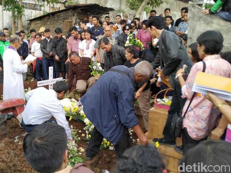 Suasana Haru Menyelimuti Pemakaman Noven Siswi SMK Bogor