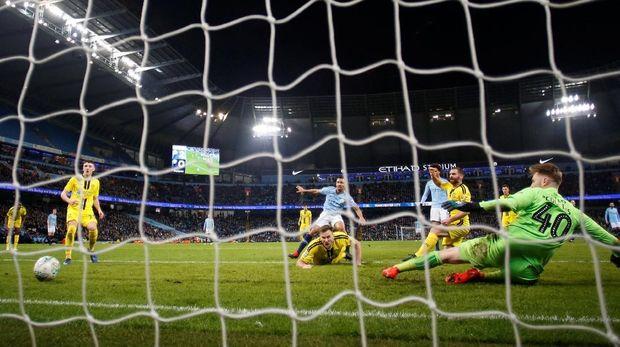 Gawang Burton Albion berkali-kali dibobol oleh Manchester City.