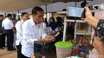 Jokowi Tinjau Lapak Sri Mulyani dan Jajan Cilok di Ciracas