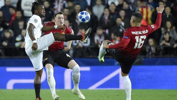 Phil Jones saat membela Manchester United melawan tim tuan rumah Valencia. (
