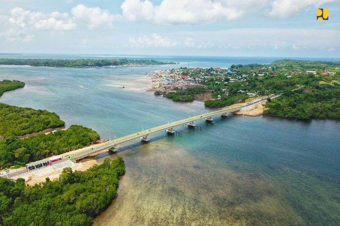 Jembatan Leta Oar Ralan memiliki panjang 322,80 meter dan lebar 10 meter. Jenis konstruksi pondasi menggunakan tiang pancang baja 600 mm, sementara bangunan atas menggunakan konstruksi beton pracetak prategang. Pool/Kementerian PUPR.