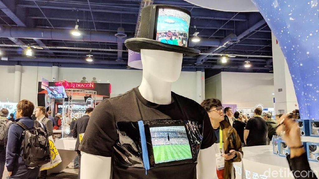 Layar melengkung di topi dan kaus. (Foto: Adi Fida Rahman/detikINET)