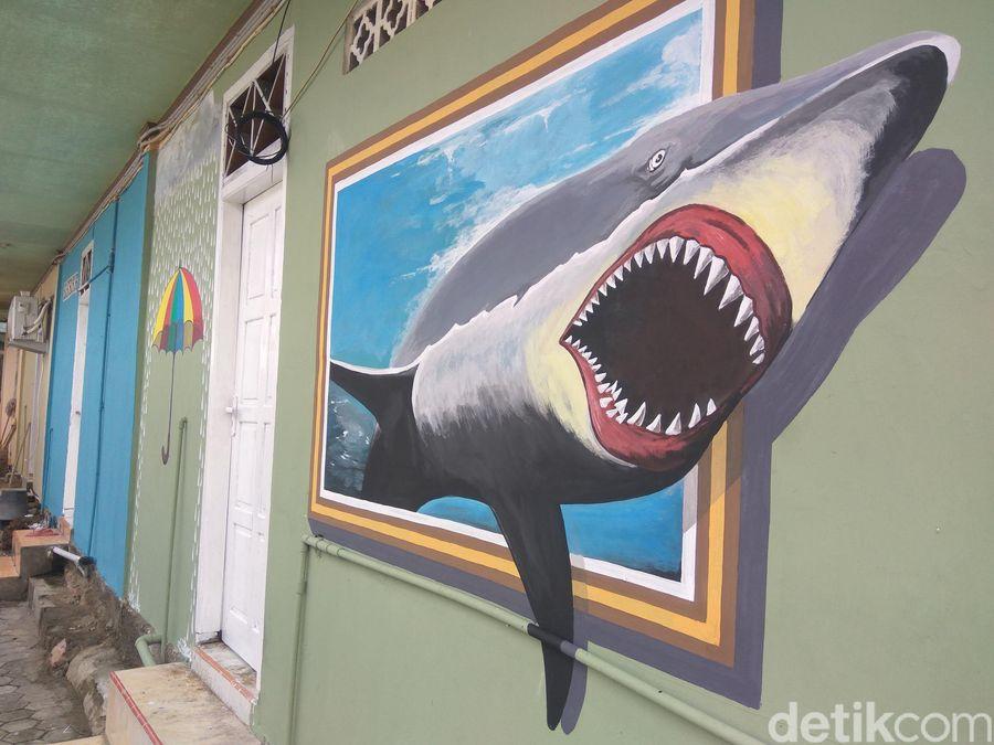 Rumah-rumah dicat warna-warni serta dibikin mural. Letaknya ada di Bantaran Krueng Dho, Lorong Kerinci, Desa Seutui, Kecamatan Baiturrahman, Banda Aceh, Aceh (Agus Setyadi/detikTravel)