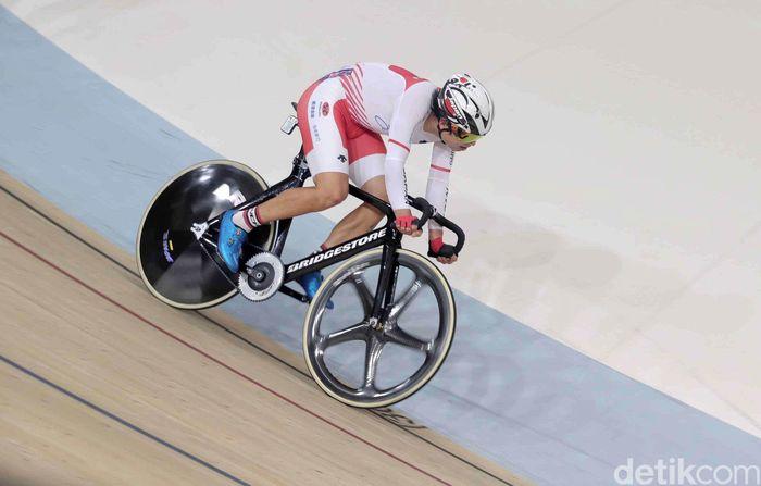 Hashimoto berusaha dan terus memacu sepedanya agar menjadi yang terdepan.