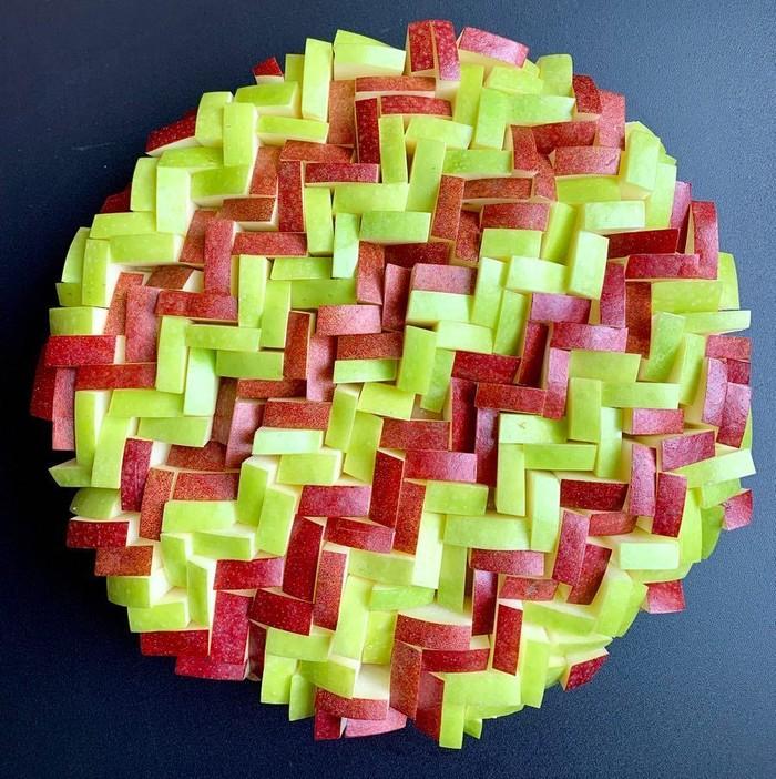 Lauren manggunakan buah, sayuran dan bunga untuk membuat pienya tampil modern. Seperti pie ini yang ia buat menggunakan potongan apel merah dan hijau. Foto: instagram @lokokitchen