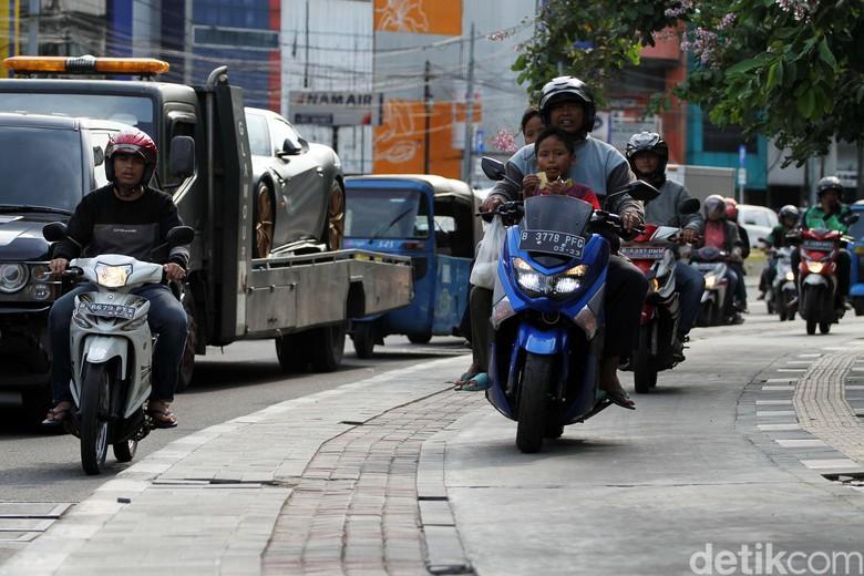 Trotoar Jalan Suryopranoto Diserobot Pemotor. Foto: Rifkianto Nugroho