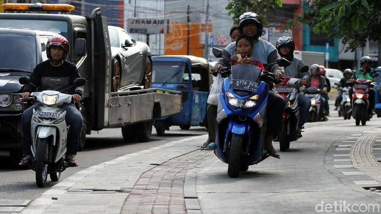 Duh,.. Jalur Pedestrian Ini Dibajak Pemotor dan Bajaj