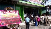 PDIP juga ikut mengirimkan karangan bunga ucapan selamat untuk Posko Badan Pemenangan Nasional (BPN) Prabowo-Sandi di Solo.