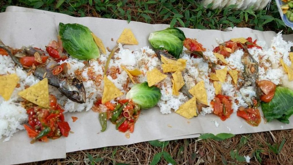 Pesta Makan Nasi Liwet Sambil Kemping di Bogor