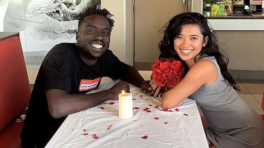 Romantis! Pria Ini Ajak Pacarnya Candle Light Dinner di KFC