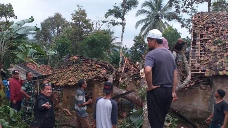 Badai Tumbangkan Pohon dan Rusak Rumah Warga di Sukabumi