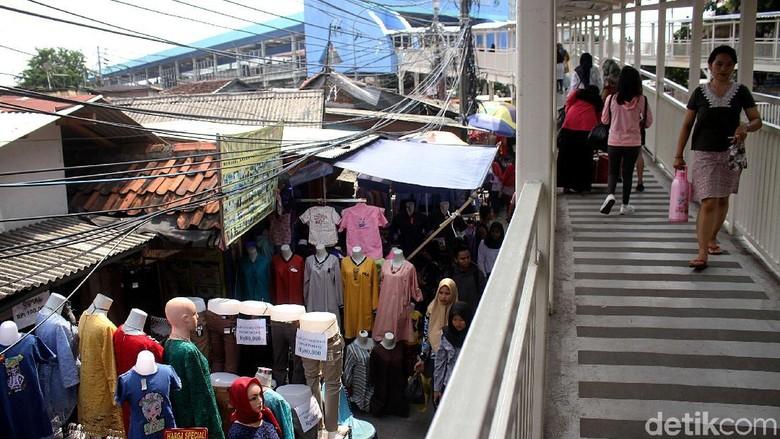 Sudah Ada Skybridge, PKL Masih Membandel Jualan di Trotoar