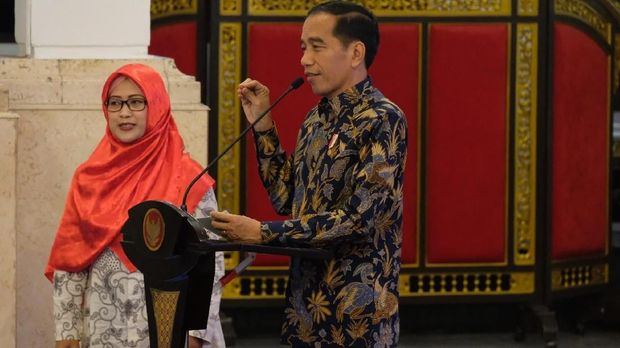 Presiden Jokowi mendengarkan curhat seorang guru asal Pemalang, Mega (36). Mega curhat kesulitan mengikuti program sertifikasi guru.