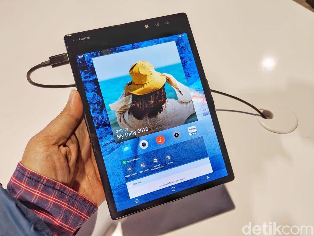 Ponsel ini dalam kondisi terbuka hadir dengan bentangan layar 7,8 inch dengan aspek rasio 3:4. Foto: Adi Fida Rahman/detikinet