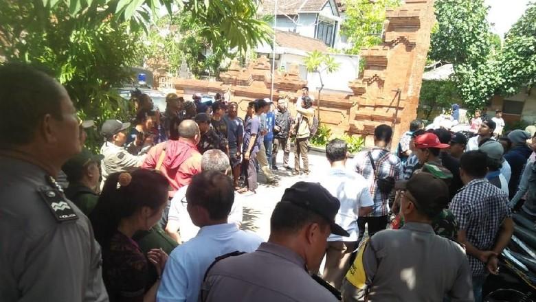 Warga Denpasar Demo Tuntut Kadus Dicopot karena Isu Wanita