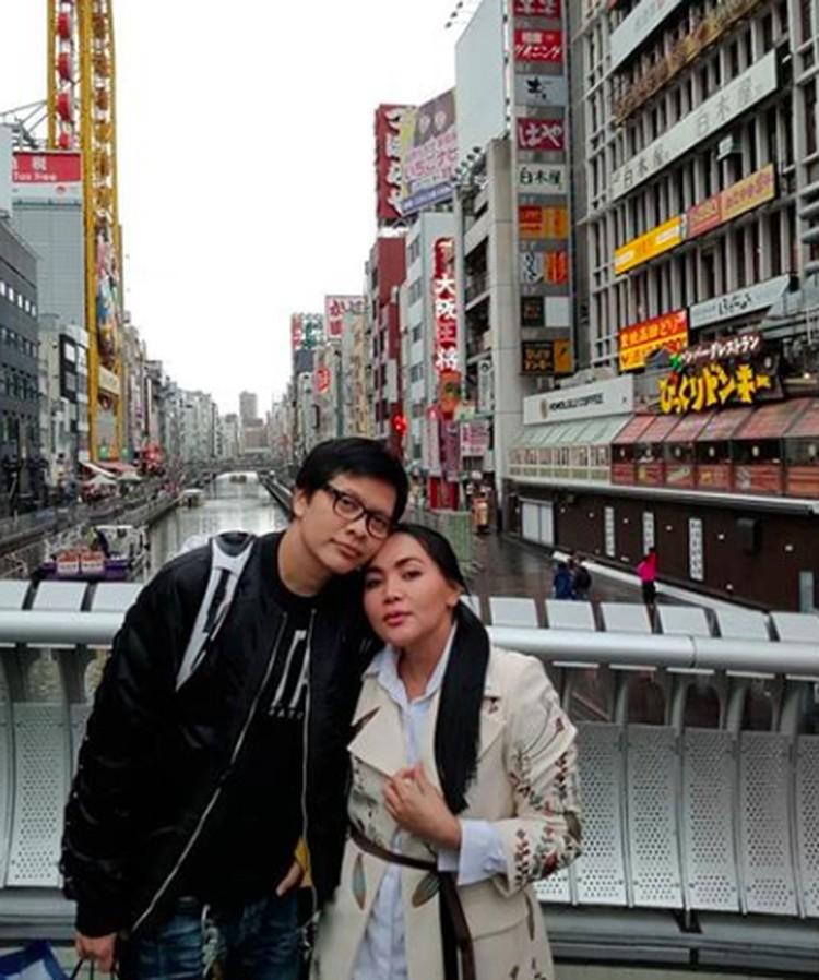 Kemesraan pasangan Dewi Gita danArmand Maulaya yang baru merayakan ultah ke-25 pernikahan, nggak perlu diragukan lagu ya, Bun? [Foto: Instagram/@armandmaulana].
