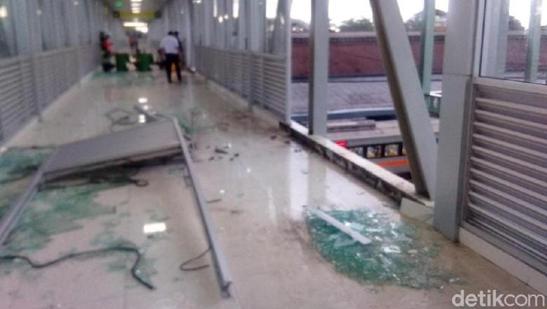 Diterpa Hujan Berangin, Kaca Skybridge Stasiun Balapan Solo Pecah