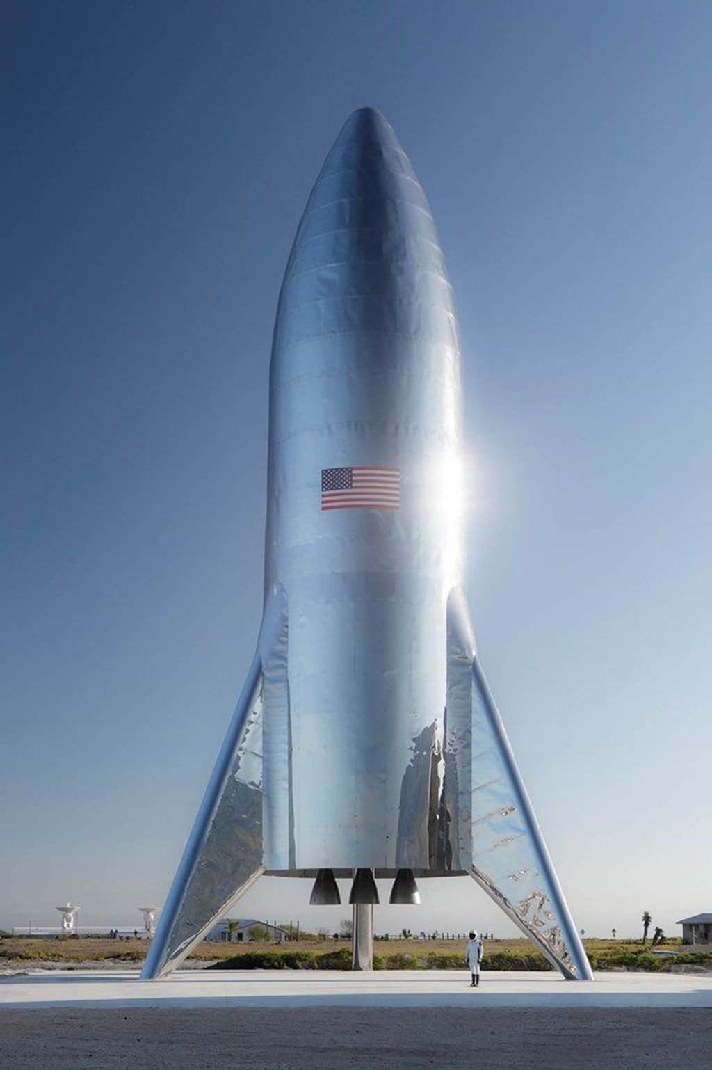 Melalui akun Twitter pribadinya, Elon Musk, CEO SpaceX, membagikan foto resmi perdana dari Starship, calon roket terkuat sejagat. Foto: Twitter/elonmusk
