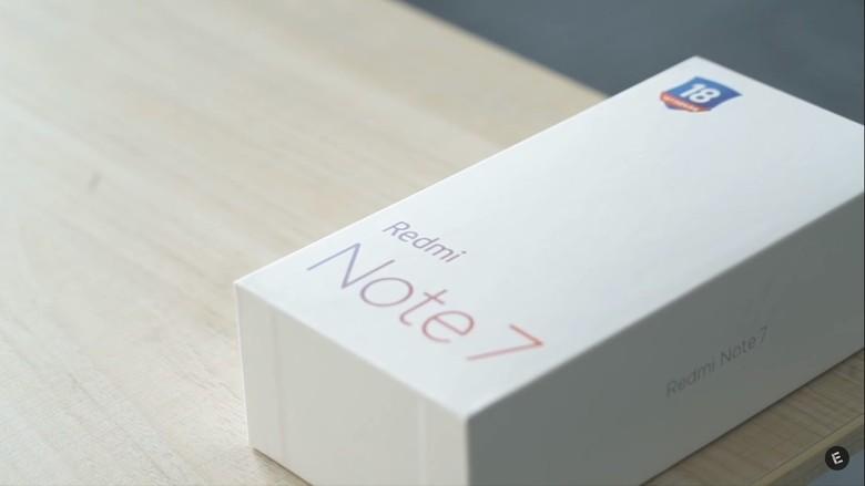 Boks Redmi Note 7 masih kental dengan font khas lini Redmi sebelum pisah dari Xiaomi. Foto: YouTube/Everything in one