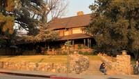 Salah satu set film Sandra Bullock tersebut diserbu para turis untuk ajang selfie, yakni rumah tua di California.Dok. Instagram