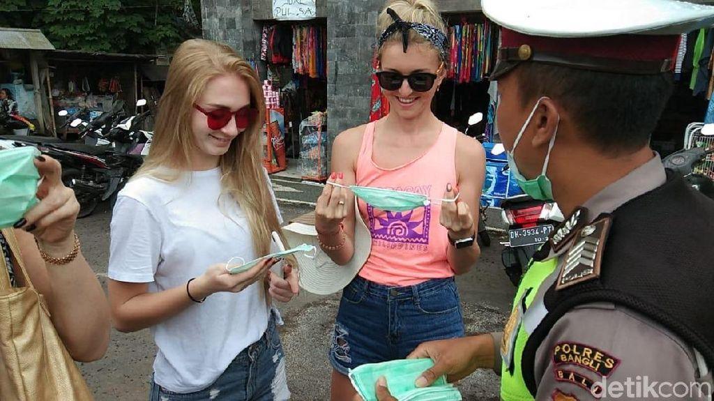 Pasca Erupsi Gunung Agung, Polisi Bagi Masker ke Wisatawan