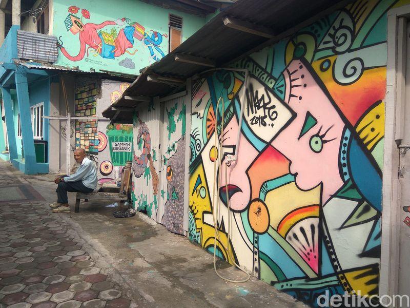 Proses pengecatan dilakukan sukarela oleh masyarakat. Beberapa rumah dibikin mural pada dinding depan dan samping (Agus Setyadi/detikTravel)