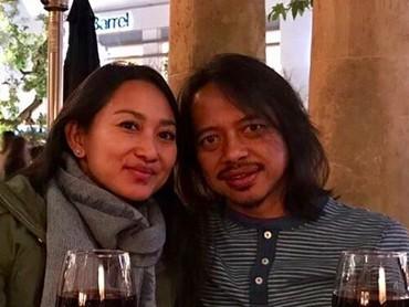 Lebih dari 15 tahun menikah, Putu dan Dewa Budjana tetap awet nih mesranya. [Foto: Instagram/ @dewabudjana]