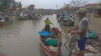 Aktivitas warga di Sungai Buntu Karawang.