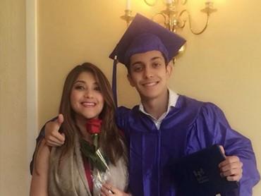 Ada juga yang bilang seperti kakak adik, karena Sarah awet muda. (Foto: Instagram @sazarita)