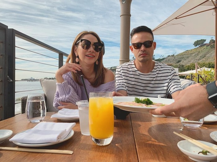 Bunga Citra Lestari dan Ashraf Sinclair terlihat sedang menikmati sashimi jalapeno di Nobu Malibu. Nyam! Foto: Instagram@bclsinclair